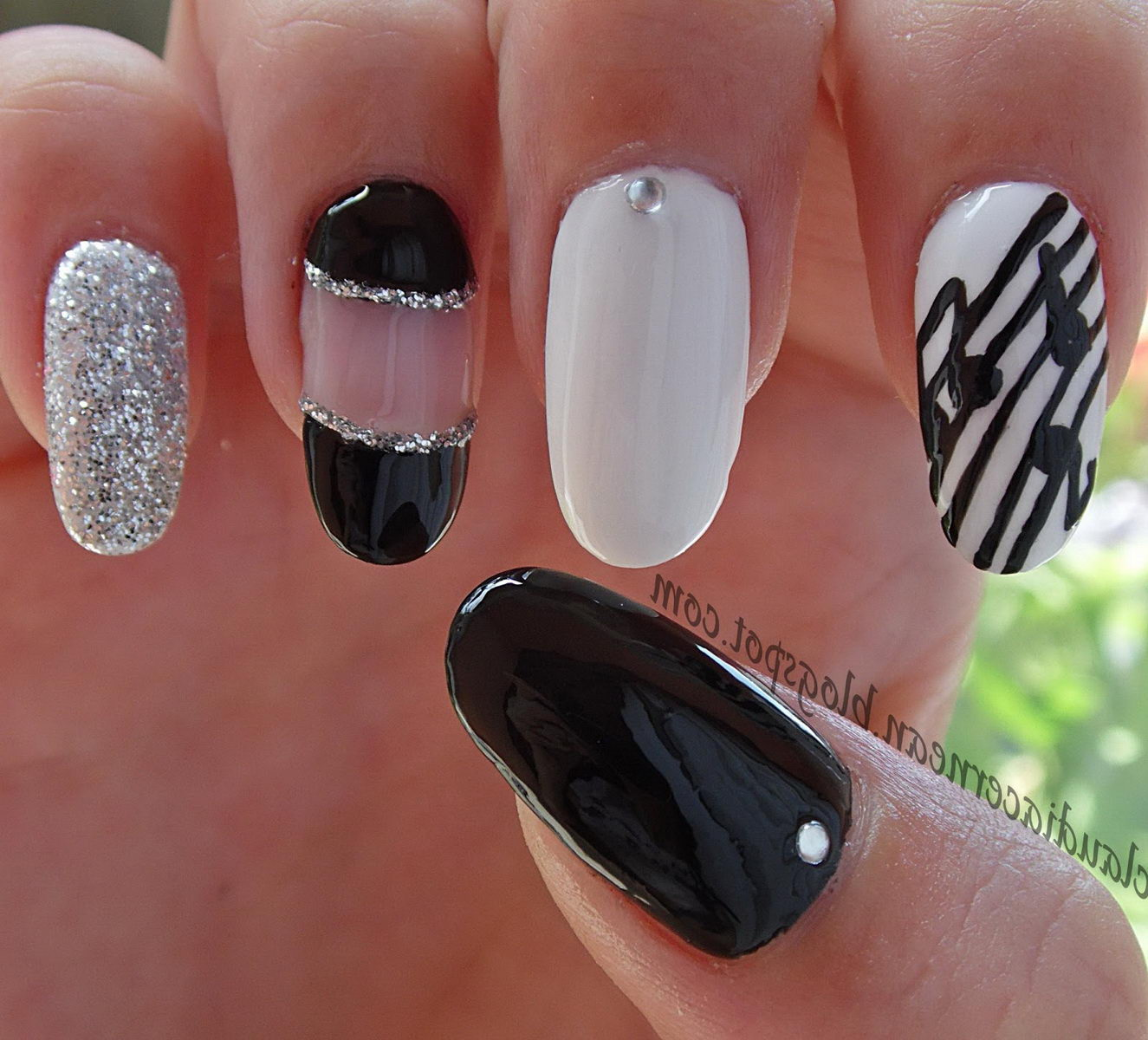 Adorable nails white and black