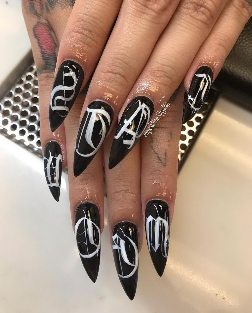 Stiletto nails black and white