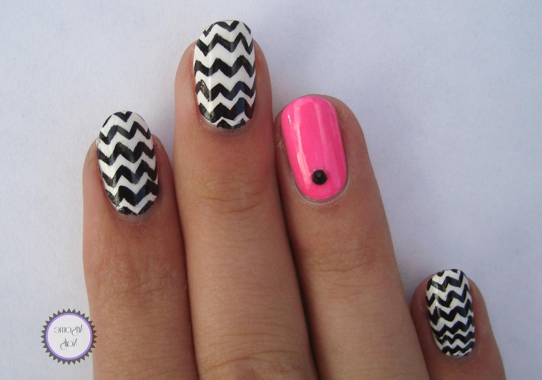 Zig-Zags nails black and white