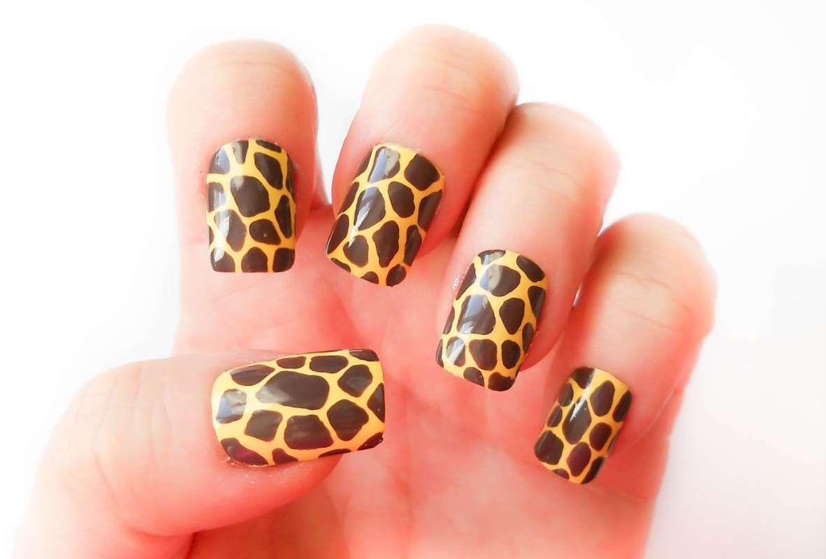 Giraffe nails design