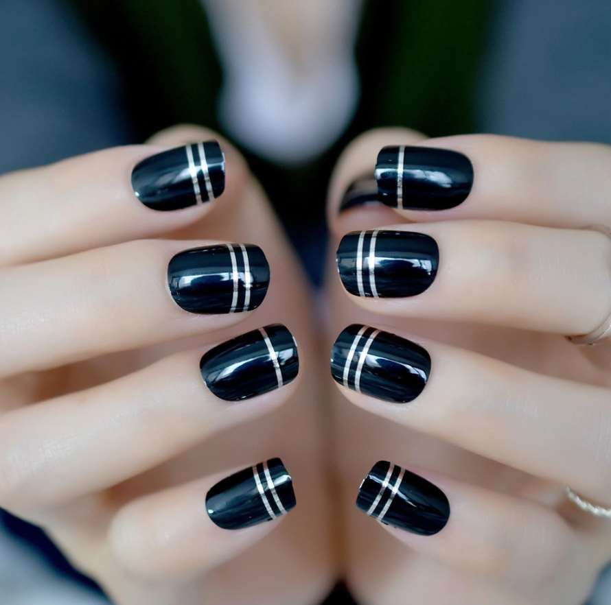Thin stripes short nails