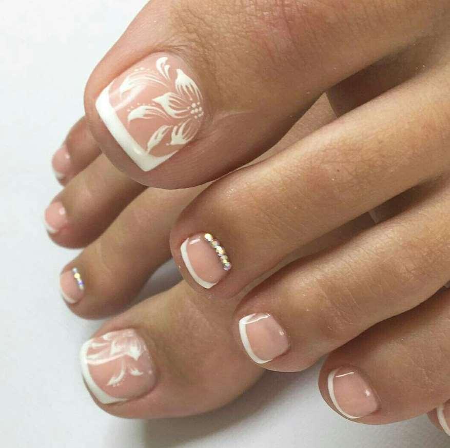 White flowers Toe Nails