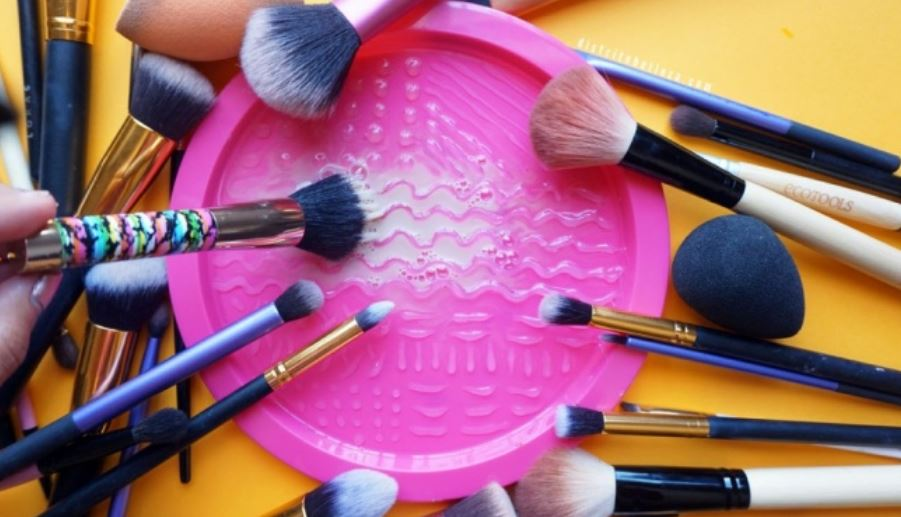 A plate for cleaning your brushes
