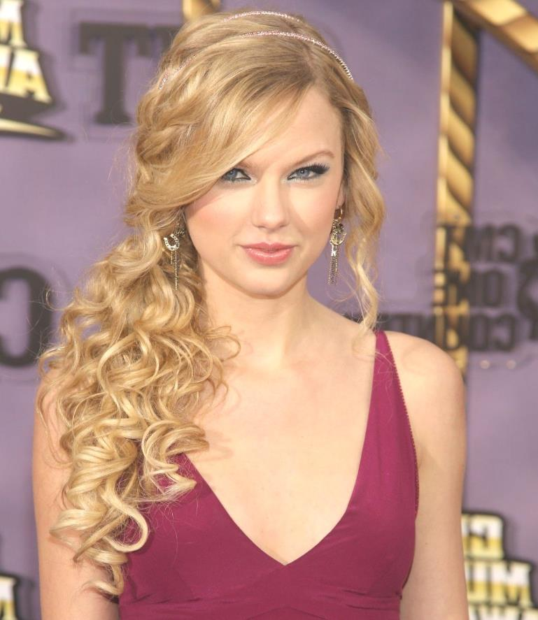 Taylor Swift wavy hair on one shoulder