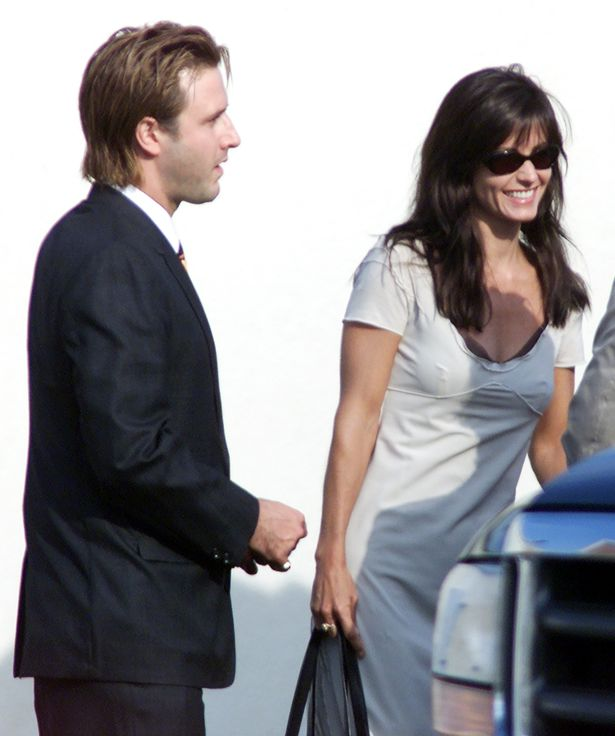 Jen's best friend Courteney Cox and then-husband David Arquette arrive for the big day
